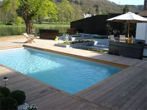 Installation de piscine en bois piscine enterr e ou semi for Cout installation piscine
